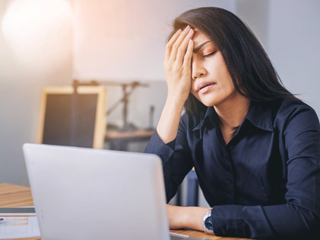 women expressing a bad digital customer experience on laptop